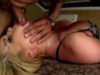 La blonde nympho adore le sexe